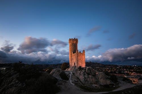 Castillo Marrón Bajo Un Cielo Azul