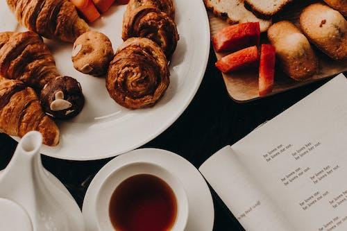 คลังภาพถ่ายฟรี ของ ขนมปัง, ครัวซองค์, ชา