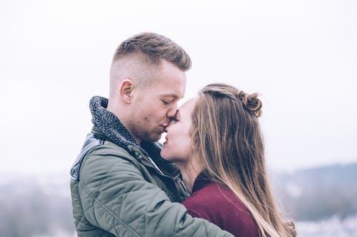 Imagine de stoc gratuită din adorabil, adult, cuplu, cuplu îmbrățișare