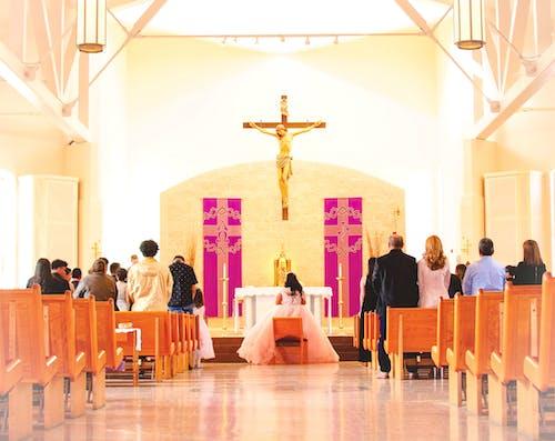 Безкоштовне стокове фото на тему «весілля, Вівтар, всередині, Денне світло»