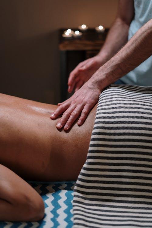 Fotos de stock gratuitas de aceite de masaje, acostado, atrás