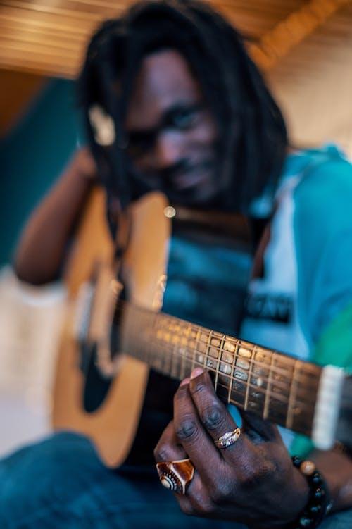 Δωρεάν στοκ φωτογραφιών με ακουστική κιθάρα, άνδρας, άνθρωπος