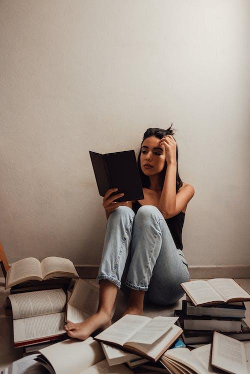 Immagine gratuita di concentrazione, donna, interni, leggendo