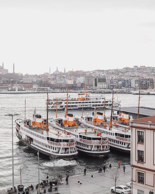 Fotobanka sbezplatnými fotkami na tému cestovať, člny, dopravný systém, mesto