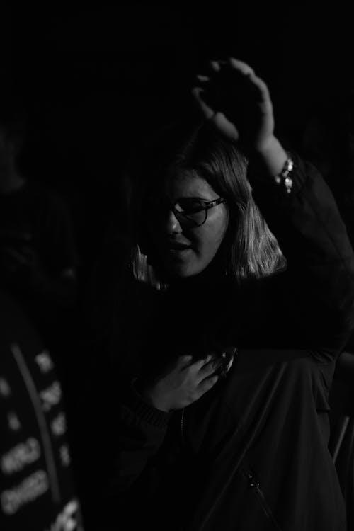Fotobanka sbezplatnými fotkami na tému chvála, čierna a biela, uctievať, žena