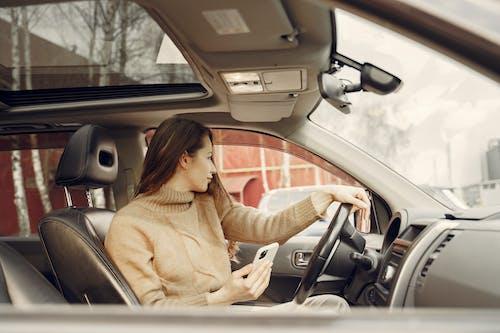 ağ, akıllı telefon, araba, araç içeren Ücretsiz stok fotoğraf