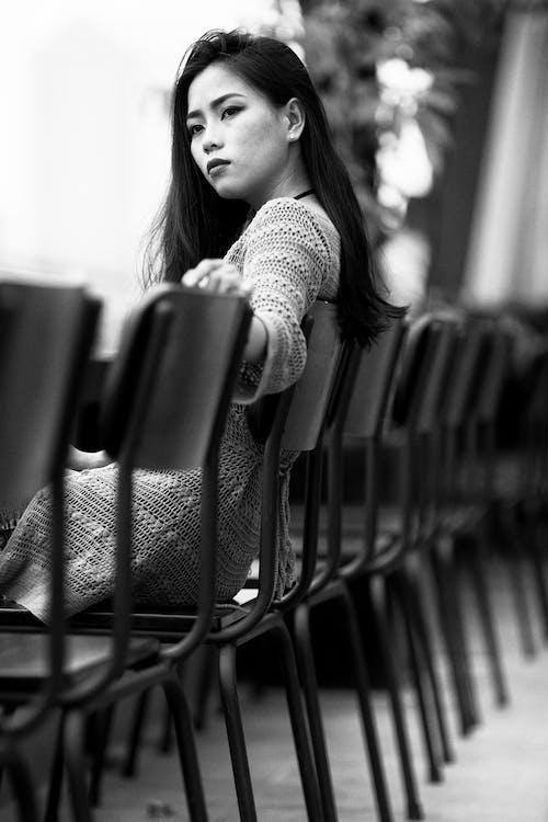 人, 女性, 座っている, 白黒の無料の写真素材