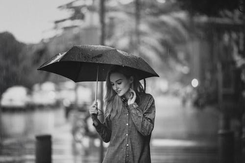 Gratis arkivbilde med gate, kvinne, paraply, person