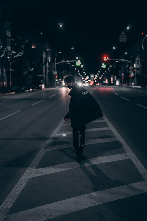 Foto profissional grátis de andando, caminhando, centro da cidade, cidade