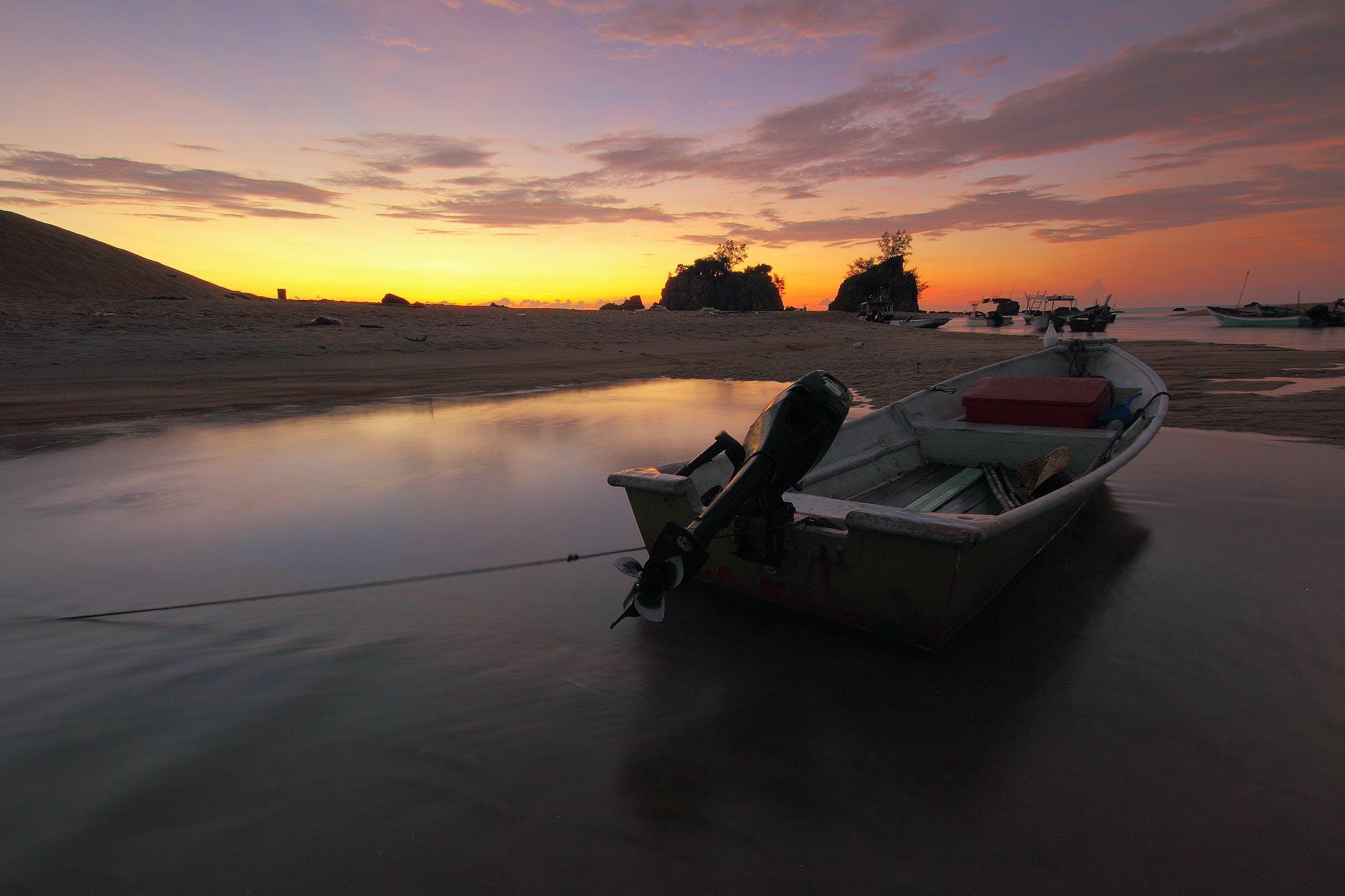 Fotos de stock gratuitas de agua, amanecer, arena, barcos