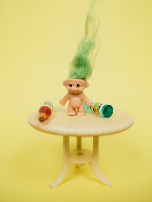 桌上的迷你巨魔玩具與瓶