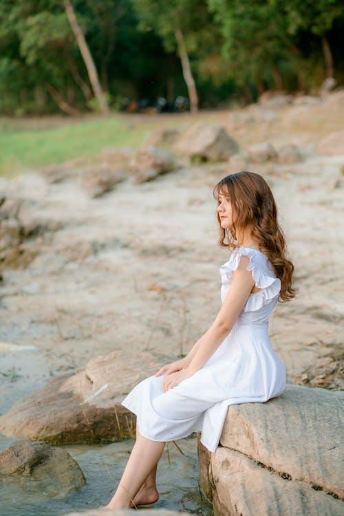 Immagine gratuita di a piedi nudi, abito, acqua