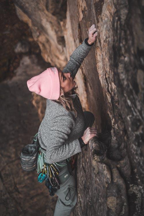 Olahragawan Wanita Muda Yang Fokus Memanjat Tebing Besar Di Jurang