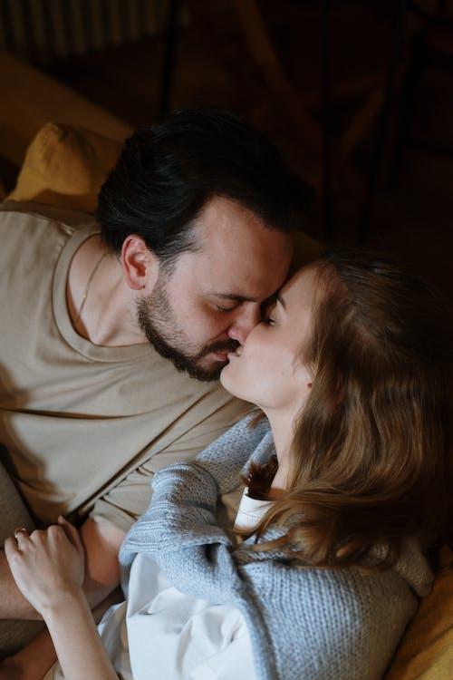 Бесплатное стоковое фото с вертикальный, вечер, влюбленная пара