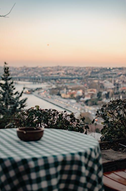 Terrazza Del Caffè Con Paesaggio Urbano Sullo Sfondo