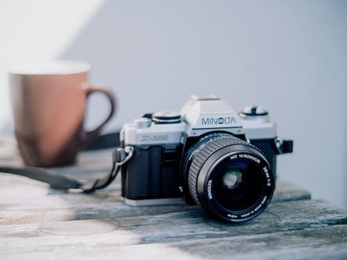 テーブルの上の黒と銀のニコンデジタル一眼レフカメラ