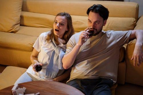 Foto profissional grátis de amor, apaixonado, apartamento, assistindo tv