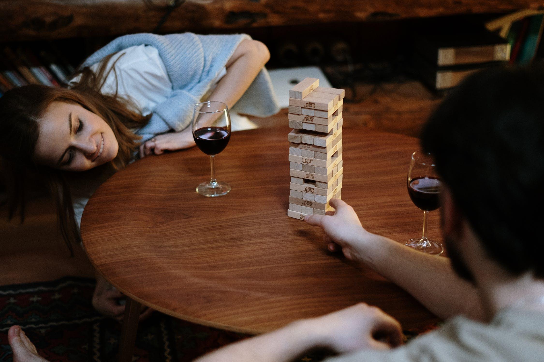 Mladý pár hraje dovednostní hru Jenga