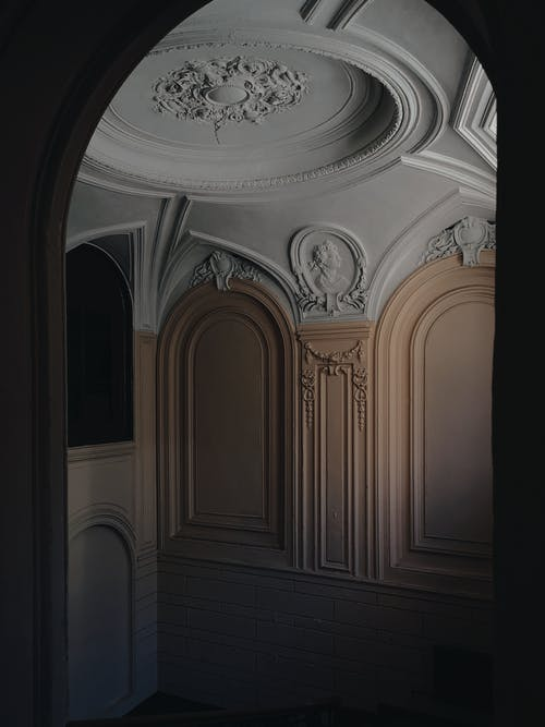 Room with different traceries on walls