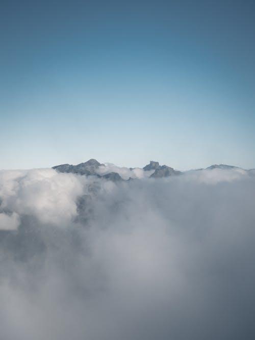 Foto d'estoc gratuïta de cel blau, cims de muntanya, clar cel blau, cresta