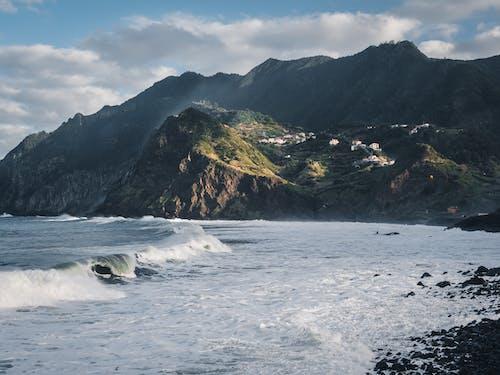 Foto d'estoc gratuïta de a l'aire lliure, aigua, ciutat costanera, costa de penya-segats