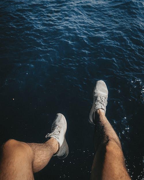 Foto profissional grátis de água, cabeludo, calçados, curtição