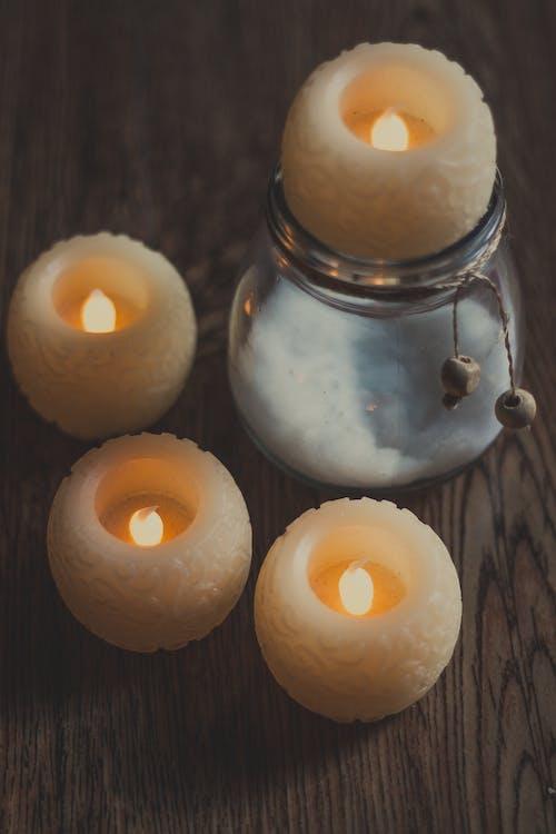 在家裡的木桌上的蠟燭