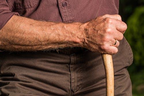 Бесплатное стоковое фото с в возрасте, кожа, мужчина, на открытом воздухе