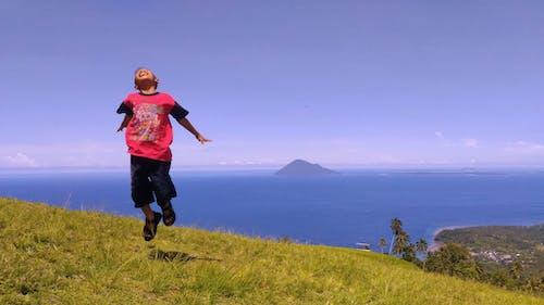 Foto profissional grátis de cidade de manado, colina de tatempangan, fotografia de paisagem, garoto