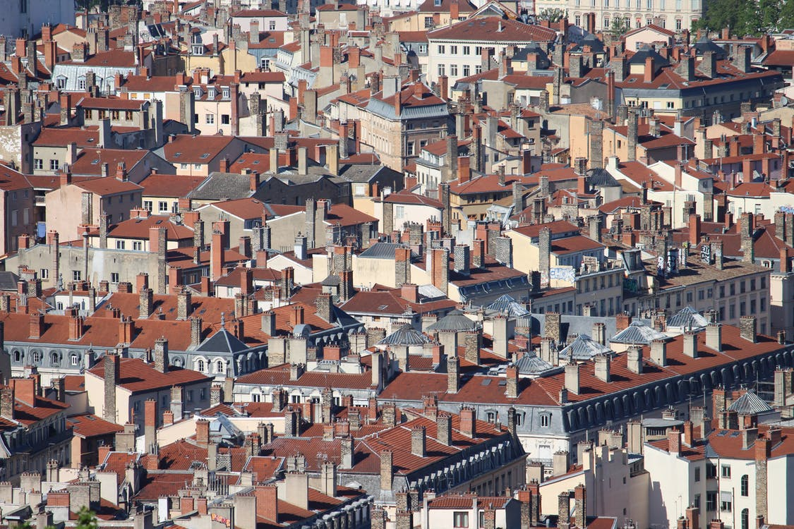 Vue Aérienne De Maisons En Béton Brun Et Blanc
