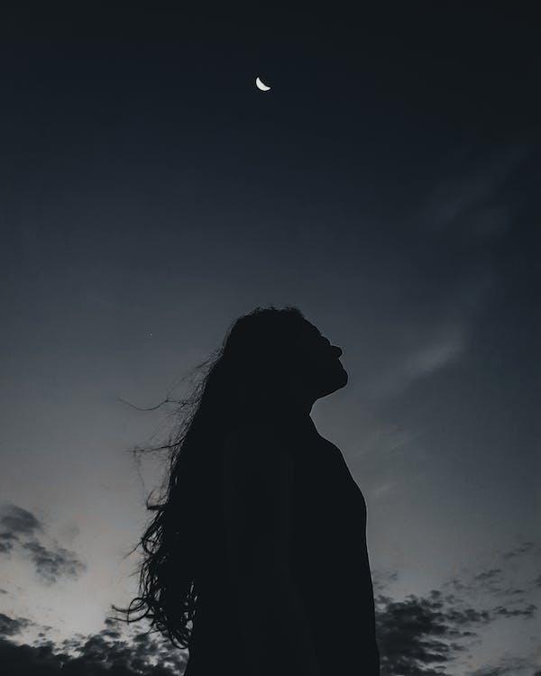 Wanita Kesepian Di Bawah Langit Malam