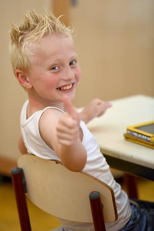 Free stock photo of duimen omhoog, jongen, klaslokaal, lagere school
