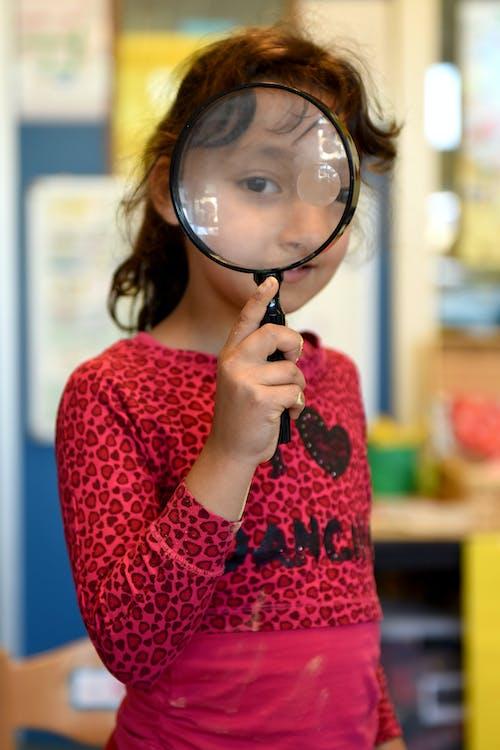 Free stock photo of lagere school, meisje, ontdekken, vergrootglas