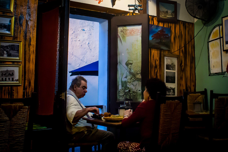Kostenloses Stock Foto zu altes paar, einheimische, menschen essen, san juan puerto rico