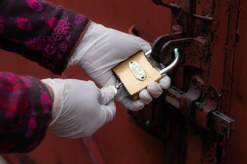 Photos gratuites de cadenas, déverrouiller, fermer à clé, gants