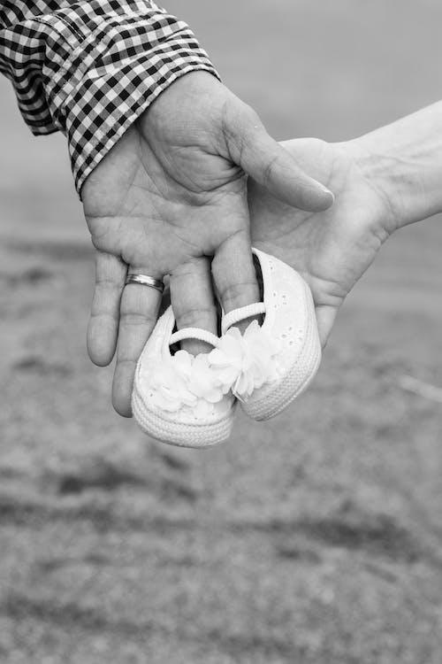 Immagine gratuita di bianco e nero, calzature, mani