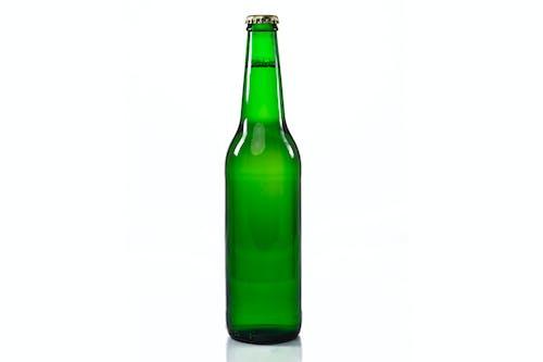 Foto d'estoc gratuïta de ampolla tradicional de cervesa verda transparent