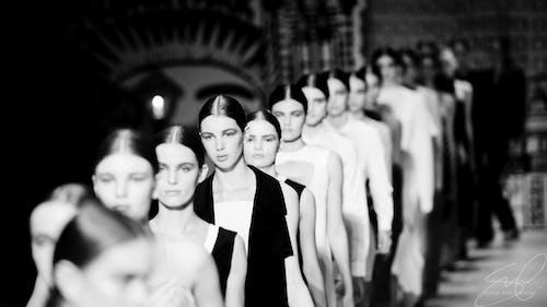 Darmowe zdjęcie z galerii z czarno-biały, ludzie, modele, skala szarości