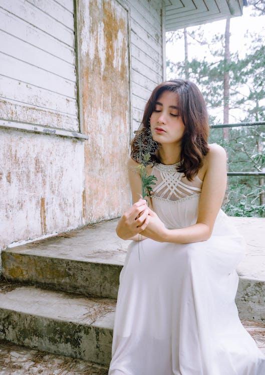 白色連衣裙的女人