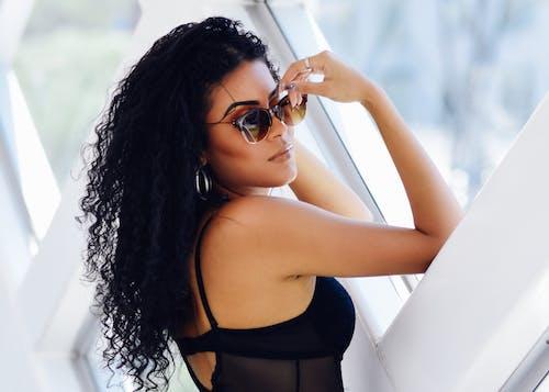 Darmowe zdjęcie z galerii z kobieta, model, modelka, okulary słoneczne