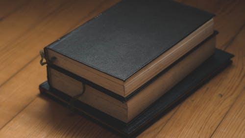 Free stock photo of ahşap zemin, eski kitap, kapak, kitap ciltleri