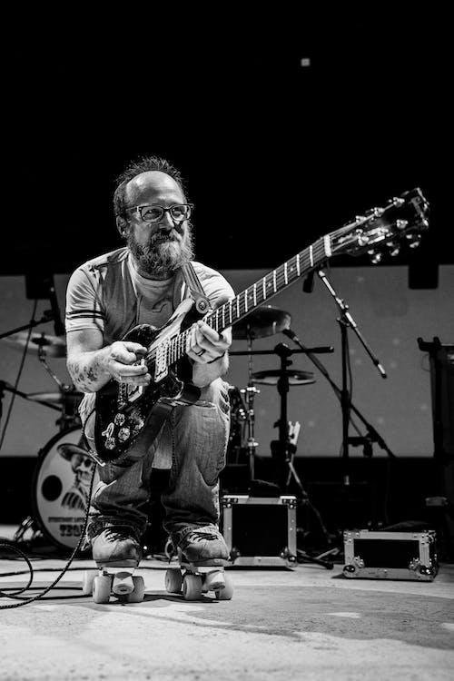 在舞台上彈電吉他的人