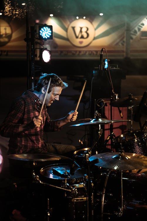 Бесплатное стоковое фото с барабанщик, барабаны, выступление, инструмент