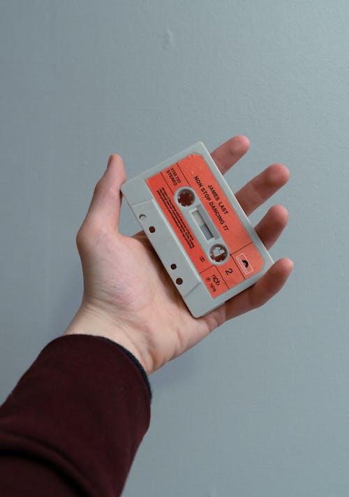 Foto d'estoc gratuïta de cinta adhesiva, cinta de casset, clàssic, mà