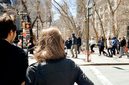 Foto d'estoc gratuïta de cabell, caminant, carrer, ciutat
