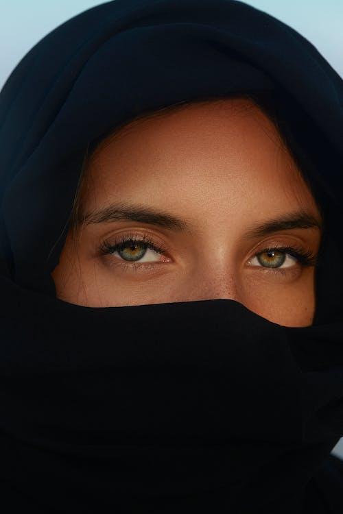 Selfie를 복용하는 검은 Hijab에 여자
