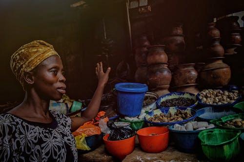 Gratis stockfoto met Afrikaanse vrouw, gekleurde vrouw, geneeskrachtige kruiden, klei potten