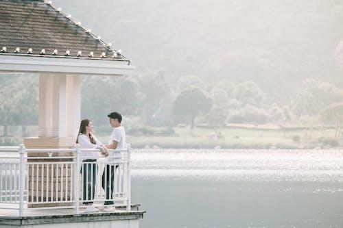 Kostenloses Stock Foto zu asiatisches paar, baum, beziehung