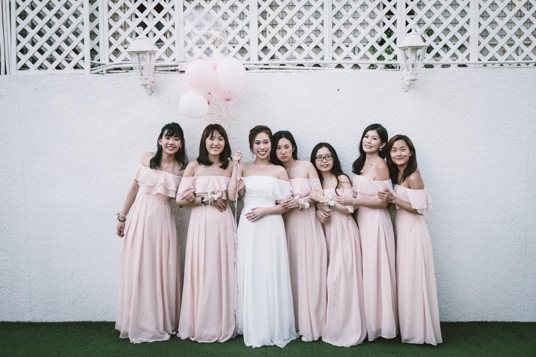 Jumlah Teman dalam Tips Menghadiri Undangan Pernikahan di Gedung