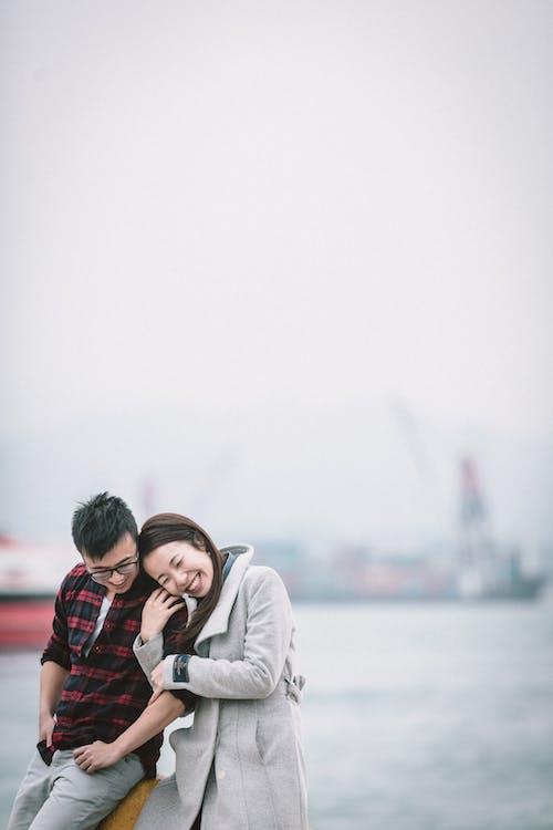 Vrolijke Aziatische Paar Verlijmen Op Straat